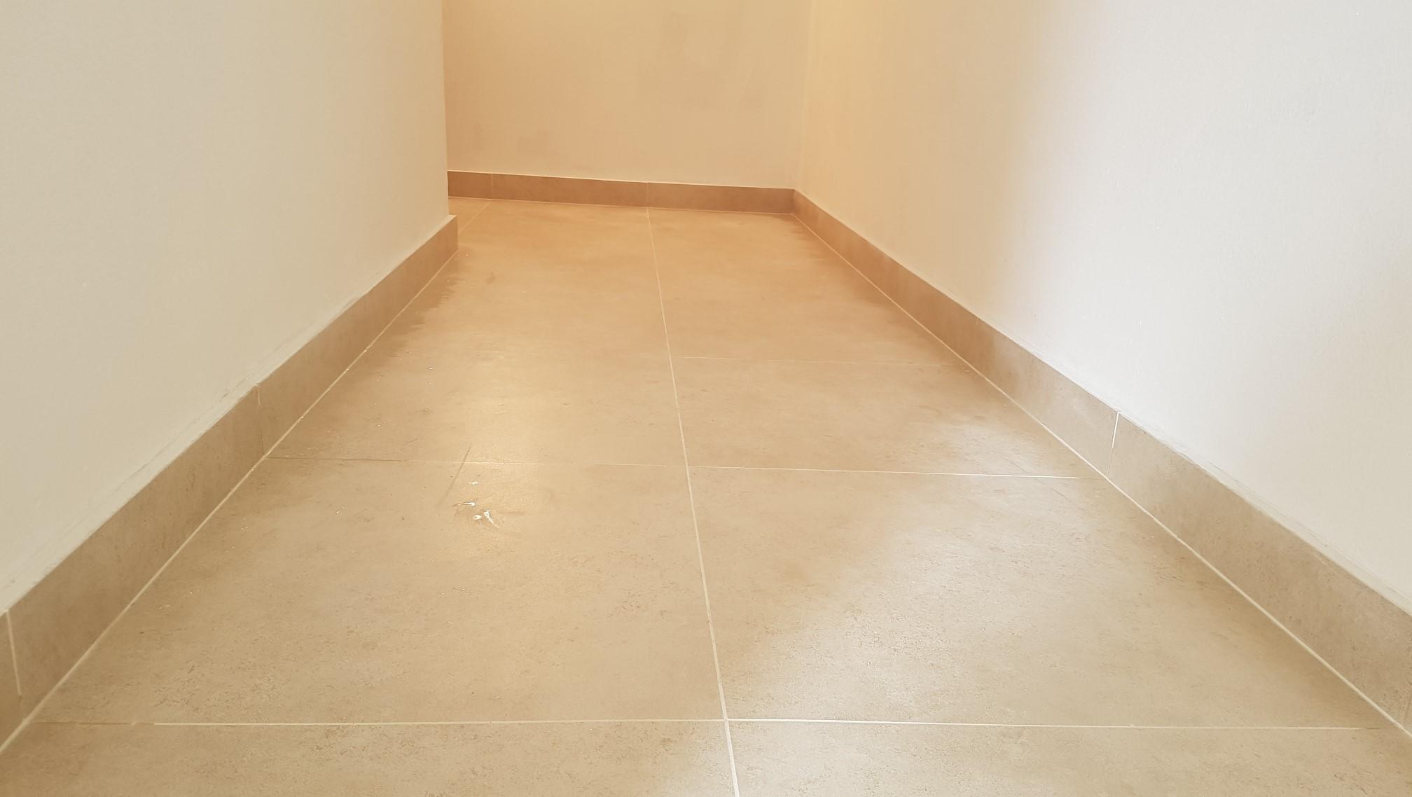 pokladka dlažby na chodbe a pod schodami (vr...a)
